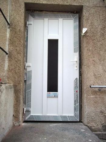 Montáž plastových dveří